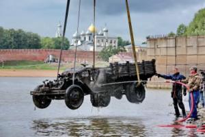 Со дна Новгородской речки подняли грузовик, который пролежал под водой 70 лет
