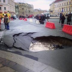 На питерской Дворцовой площади провалился асфальт