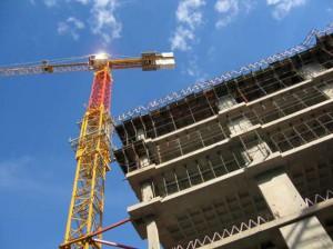 Подъемная техника работает на строительстве жилого микрорайона