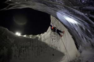 Ученые впервые спустились на дно гигантской ямальской воронки