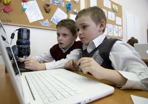 Российских школьников обучат правильному поведению в интернете