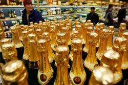 Медведев постановил регулировать цены на шампанское и вино