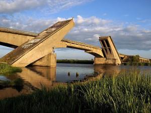 Под завалами моста в Калининграде может находится человек