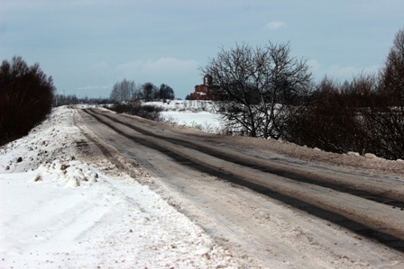 Уборка дорог в Новгородском районе лучше не становится