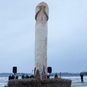 Деревянный фаллический памятник появился в Эстонии