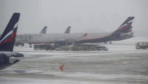 Из - за снегопада в аэропортах столицы задерживаются 75 рейсов