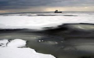 К побережью Чукотки прибило канадскую баржу - призрак