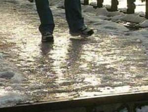 Отвечающий за тротуары чиновник из Новгородской области упал и серьезно травмировал ногу