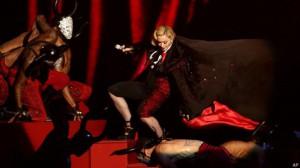 Поп - дива Мадонна во время выступления свалилась с лестницы