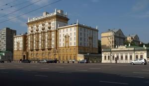 В Москве психически неуравновешенный голый мужчина хотел проникнуть в американское посольство