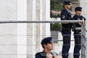 Португальского полицейского осудили за стриптиз с табельным оружием