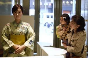 В Токио презентовали женщину - робота, внешне схожего с человеком
