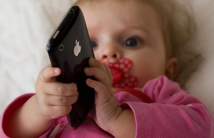 Младенцы в возрасте шести месяцев начинают пользоваться смартфонами
