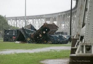 В США во время сильной бури ветер сдул с моста поезд