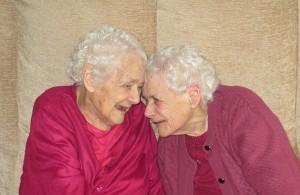 Самые пожилые сестры - близняшки с разницей в месяц умерли В Великобритании
