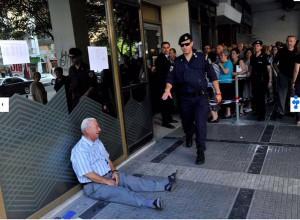 Бурю эмоций пользователей интернета вызвала фотография плачущего греческого пенсионера