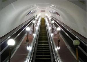 В столичном метрополитене парню оторвало пальцы, когда он пытался поднять телефон