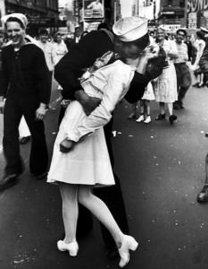 """В Нью-Йорке тысячи горожан повторили """"поцелуй моряка"""" с фото, сделанное в 1945 году"""