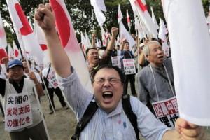 Строительство американской авиабазы в Японии вызвало массовые протесты