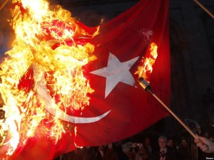 Греки требуют выхода из НАТО