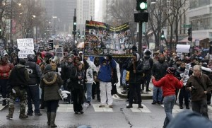 """Протестующие в Чикаго заблокировали магазины в """"Черную пятницу"""""""