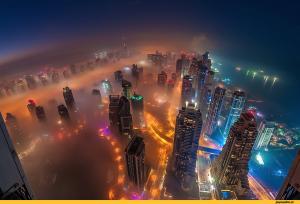 Черный дым над островом в Дубаи