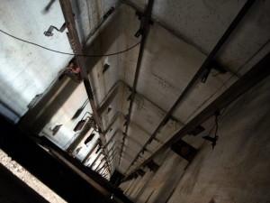 Петербург: В шахте лифта погиб подросток