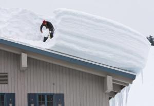 Нижний Новгород: Женщина погибла в центре города из-за обрушения снега с крыши