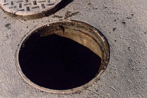 Алтай: Ребенок упал в канализационный колодец