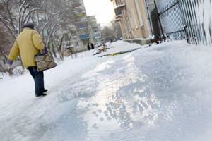 Евгений Арапов, глава Оренбургской области получил представление от прокурора области в связи с некачественной уборкой дорог. Снег и наледь стали постоянными спутниками оренбургжцев. В результате - возрос травматизм.