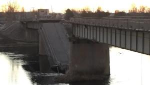 На трассе Владивосток-Находка в 12,20 по местному времени обрушился мост непосредственно под колесами большегрузного транспорта. По факту происшествия начата проверка надзорными органами края.