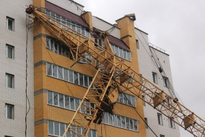Новосибирск: На жилую многоэтажку упал башенный кран