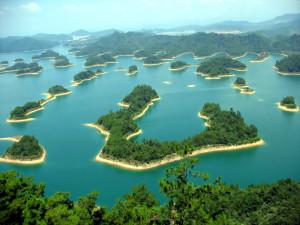 Всех людей мира приглашает Китай на озеро Цяньдаоху в уезде Чуньнань