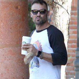 Брайан Остин Грин отдыхает от сына с чашечкой кофе