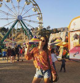 Алессандра Амбросио отдыхает на ярмарке в Малибу вместе со своей семьей