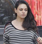 Беременная Мила Кунис прогуливается по Лос-Анджелесу