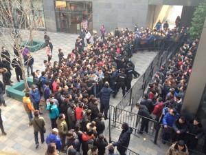 Более 300 человек стоят в очереди за iPhone 7 в столичном ГУМе