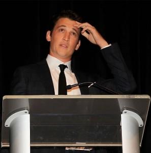 Майлз Теллер на церемонию вручения премии The Savannah Film Festival пришел с семьей