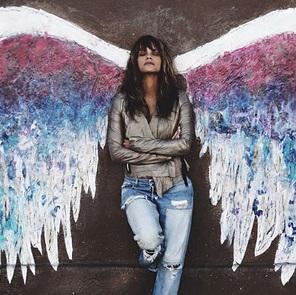 Холли Берри позирует на фоне фрески «Крылья» в Лос-Анджелесе